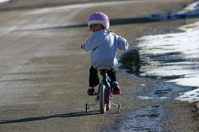 holčička na kole s kolečkama