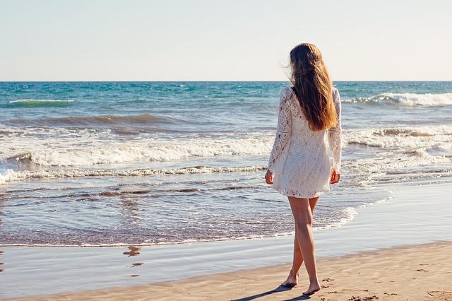 mladá žena u moře