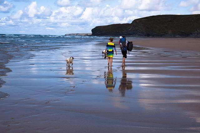 rodina se psem na pláži