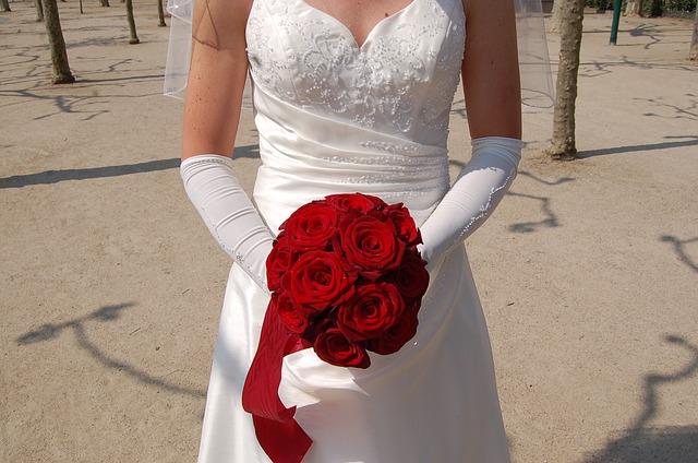 nevěsta s červenou květinou