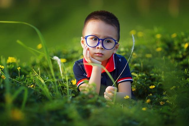 klučík v trávě