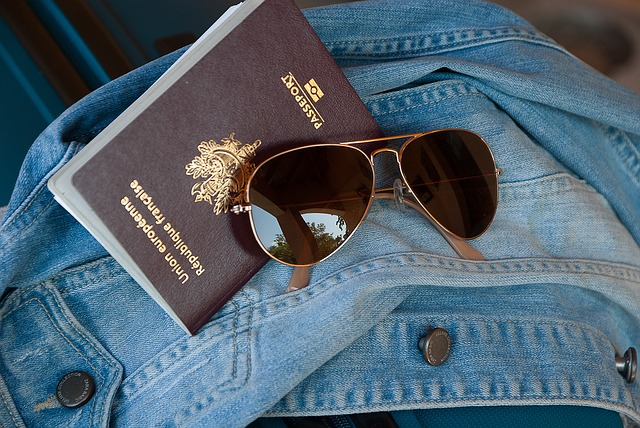 cestovní pas a brýle