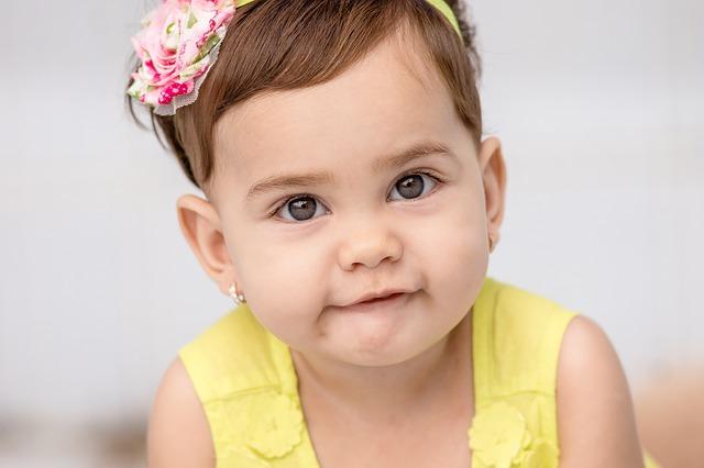 holčička s čelenkou