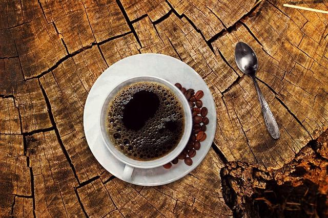 kávový šálek na pařezu.jpg