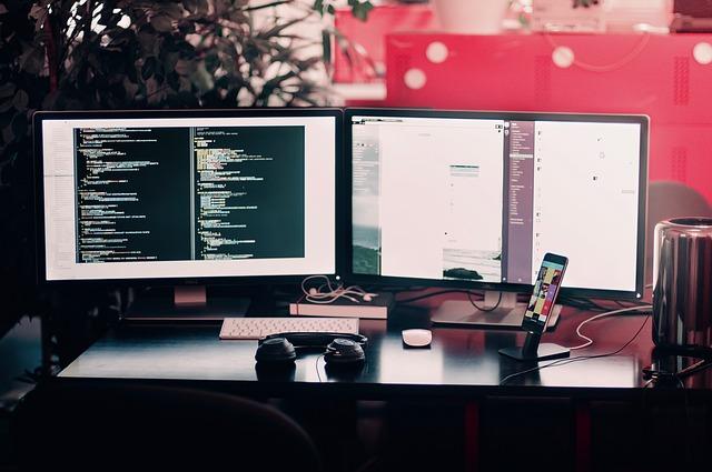 práce na dvou monitorech