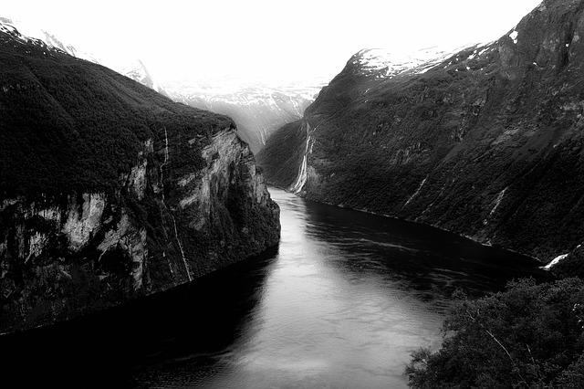 řeka ve skalách