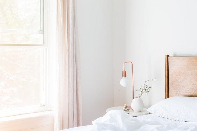 detail apartmánu s postelí a lampičkou