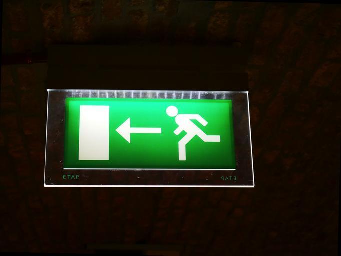 nouzový směr úniku – panáček se šipkou je naprosto ideálním vodítkem