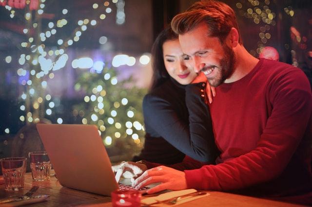 dva mladí lidé (muž a žena) spokojeně brouzdají po internetu