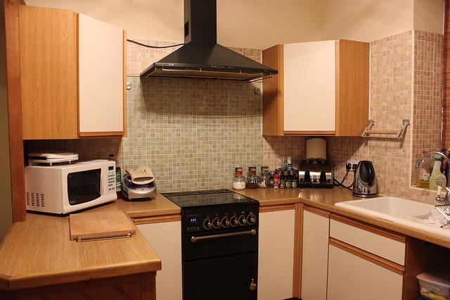 kuchyně, kde jsou zapojené elektrospotřebiče