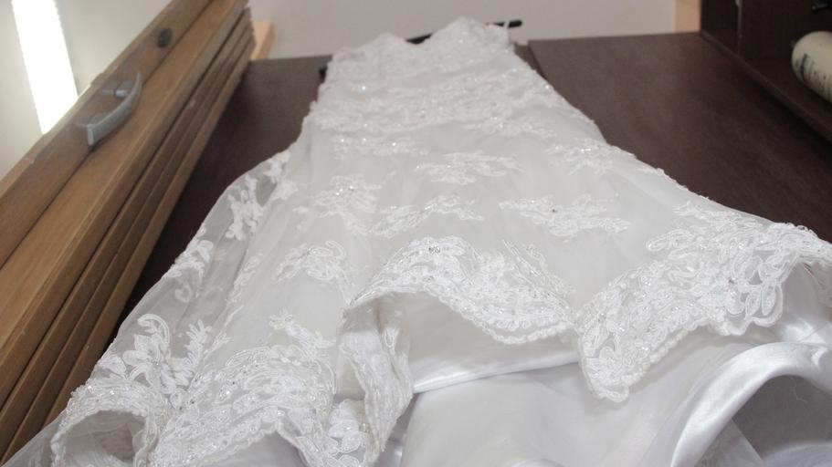 svatební šaty zespoda