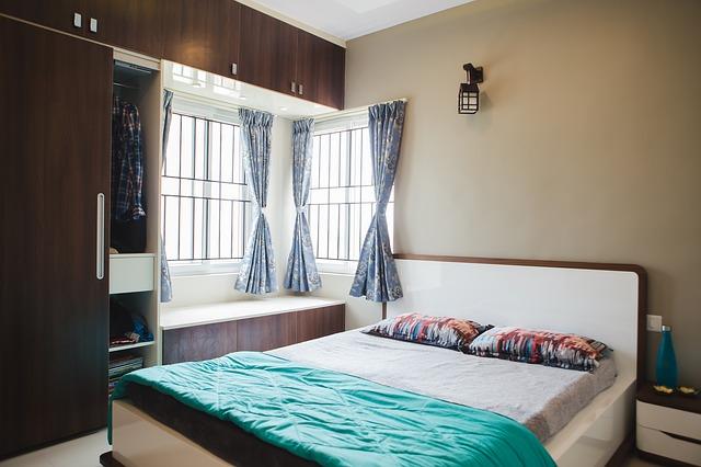skříň u postele nalevo