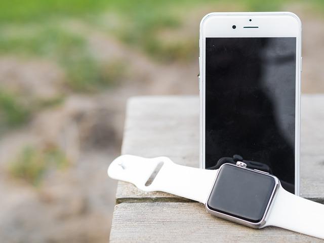 mobil s hodinkami