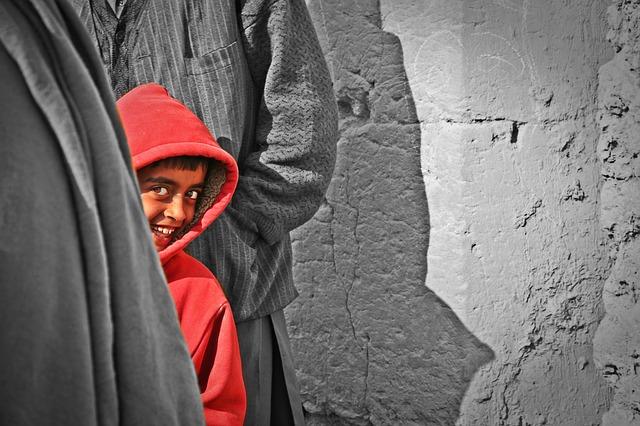 malý kluk v červené mikině