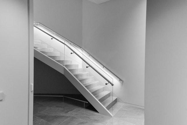 skleněné zábradlí a úzké schodiště