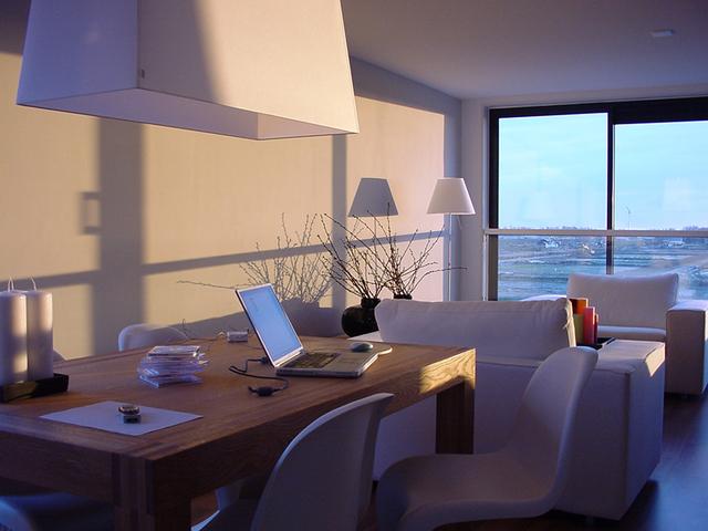 interiér domácnosti za okny moře nebo voda