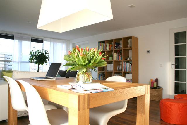 interiér domu, pohled na stůl se světlými židlemi,