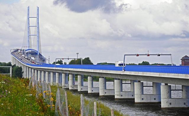 betonové sloupky podpírající most
